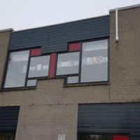 Posters op het raam bij Boogh Afasiecentrum Harmelen.